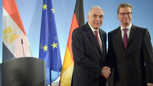 Außenminister Guido Westerwelle (r, FDP) und der ägyptische Außenminister Kamel Amr geben sich am 29.11.2012 im Auswärtigen Amt in Berlin; Foto: dpa