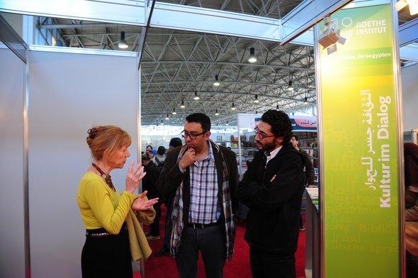 Sherif Bakr (Mitte) im Gespräch mit Goethe-Institutsleiterin Gabriele Becker; Foto: Amira El Ahl