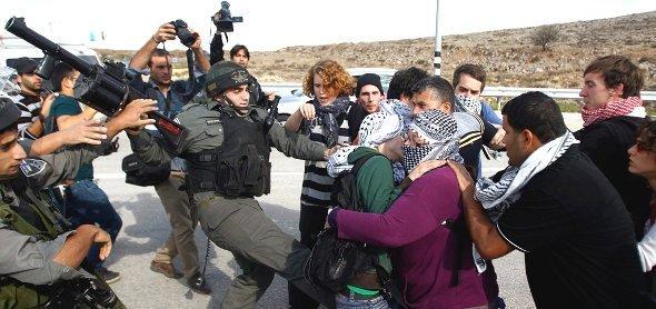 Auseinandersetzung zwischen israelischen Grenzpolizisten und palästinensischen und internationalen Friedensaktivisten bei Shuqba in der Westbank; Foto: Reuters