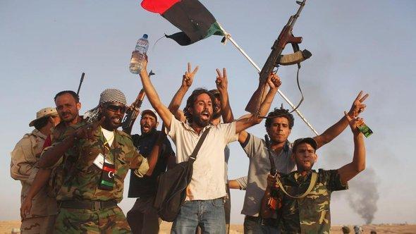 Rebellen nach der Eroberung Bani Walids; Foto: AP