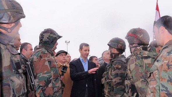 Syriens Präsident Bashar al-Assad spricht mit soldaten in Baba Amr, Provinz Homs; Foto: dpa