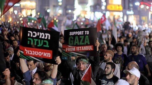 Demonstration in Istanbul gegen Israel anlässlich des ersten Jahrestages des Angriffs auf das türkische Schiff Mavi Marmara; Foto: dpa