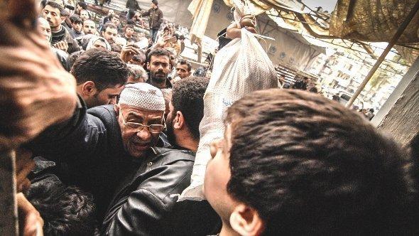 Essensausgabe durch UN-Mitarbeiter in Aleppo; Foto: dpa
