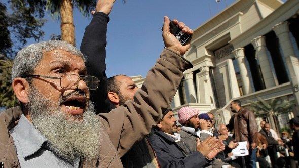 Islamisten demonstrieren zur Unterstützung Mohammed Mursis vor dem Obersten Gerichtshof in Kairo, 20. Dezember 2012; Foto: Amr Nabil/AP/dapd