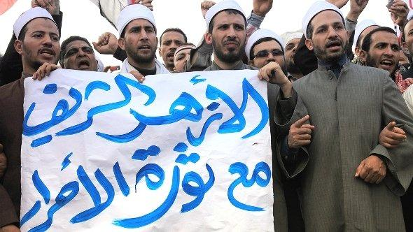 Egyptian Muslim scholars from al-Azhar university hold a banner reading in Arabic 'The Azhar is with the revolution of the free people' as they stand with anti-government protesters in Tahrir square, Cairo, Egypt, 9 February 2011 (photo: dpa)