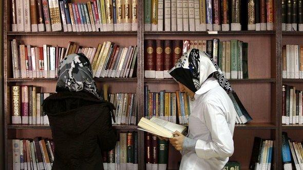 Türkische Mädchen in der Bibliothek der Kazim Karabeki Girls' Imam-Hatip School in Istanbul; Foto: Reuters/Murad Sezer