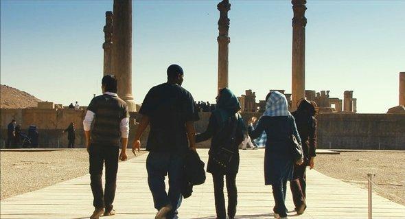 Kevin Sheppard besucht gemeinsam mit seinen drei iranischen Freundinnen Persepolis; Copyright: www.theiranjob.com