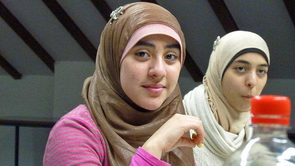 فتاتان من مسلمات ألمانيا. دويتشه فيله