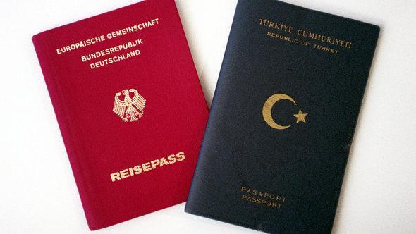 Blick auf einen deutschen (l) und ein türkischen Paß; Foto: dpa/picture-alliance