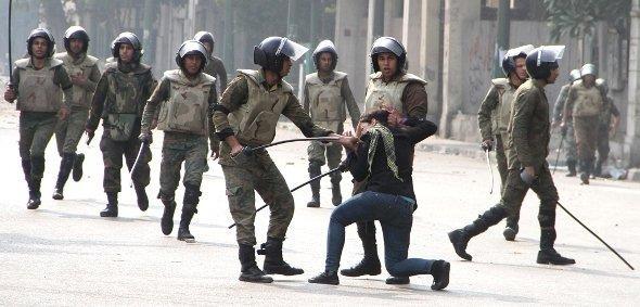 Ägyptische Sicherheitskräfte lösen Demonstration in Kairo auf; Foto: dapd