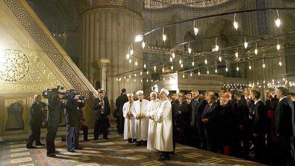 Papst Benedikt XVI. besucht die Blaue Moschee in Istanbul, November 2006; Foto: EPA/Patrick Hertzog