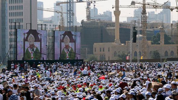 Im September 2012 besucht Papst Benedikt XVI. den Libanon. Zehntausende Gläubiger nahmen an der Messe des Papstes in Beirut teil; Foto: Hussein Malla/AP/dapd