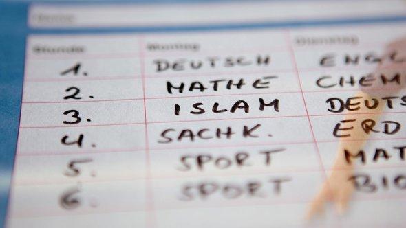 """In einen fiktiven Stundenplan ist das Schulfach """"Islam"""" eingetragen; Foto: dpa"""