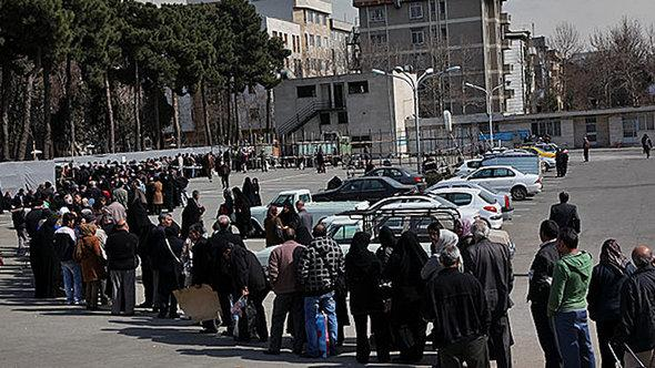 Warteschlange für Lebensmittel in Teheran; Foto: MEHR