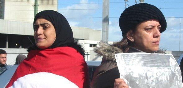 Zwei Frauen protestieren auf der Beerdigung von Belaid, Foto: Khaled Ben Belgacem/DW