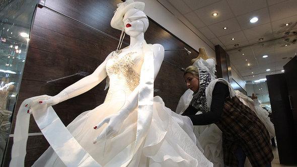 Schaufenster mit Hochzeitskleid in Teheran, Foto: AP/Vahid Salemi