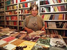Ayse Nur Zarakolu im Verlag Belge in Istanbul; Foto: AP Photo /Murad Sezer