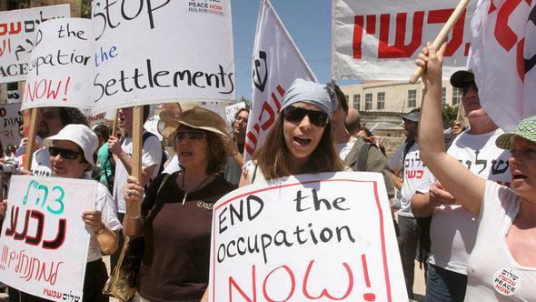 Israelische Aktivisten der Friedensbewegung Peace Now demonstrieren gegen den Siedlungsbau in der Westbank; Foto: dpa