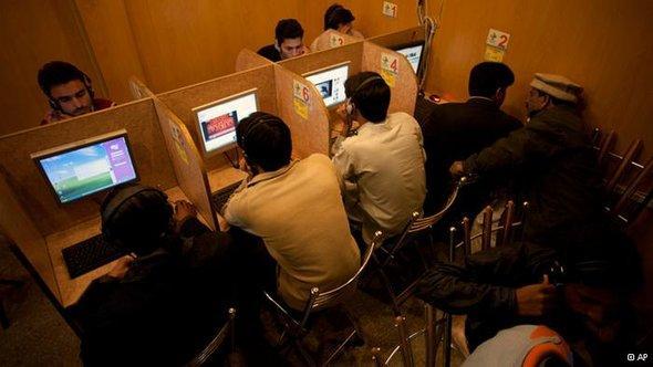 Men using the Internet at a local cafe in Islamabad, Pakistan (photo: B.K. Bangash/AP/dapd)