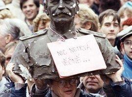 Nichts hält ewig - Demonstrant mit Stalin-Statue in Prag 1989; Foto: AP
