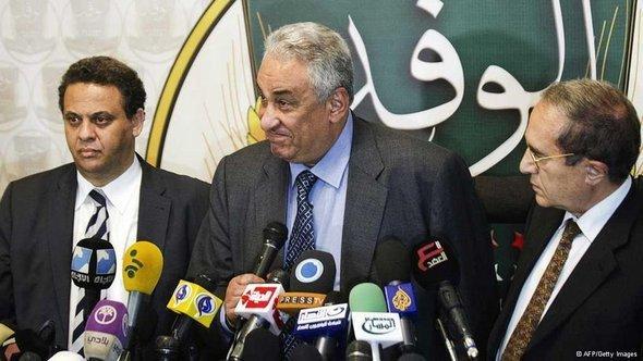 جبهة الإنقاذ الوطنية المعارضة في مصر،  في المنتصف سامح عاشور المتحدث باسم الجبهة. أ ف ب