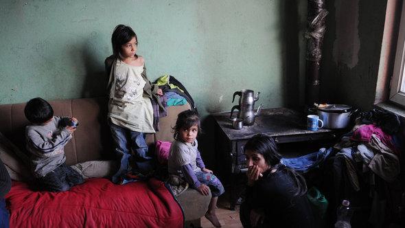 Eine aus  aus Deutschland abgeschobene Roma-Familie mit ihren sechs Kindern in einer Ein-Zimmer-Wohnung in Plementina bei Pristina im Kosovo; Foto: picture-alliance/ZB