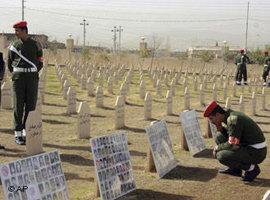 Kurdische Soldaten auf dem Friedhof von Halabja, Foto: AP Photo/Yahya Ahmed