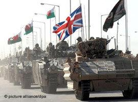 Britische Panzer in Basra; Foto: dpa/picture-alliance