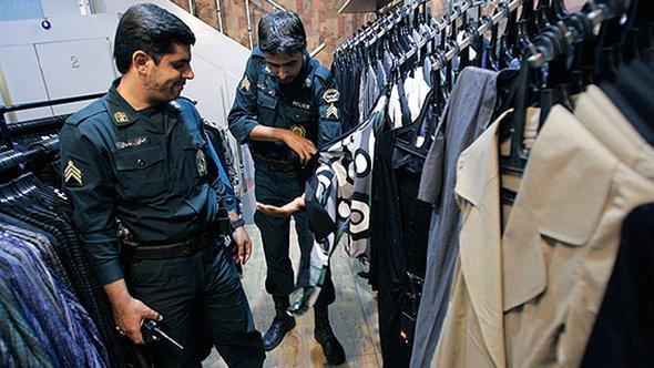 Polizei begutachtet Kleidungsstücke in einer Boutique in Teheran; Foto: ISNA