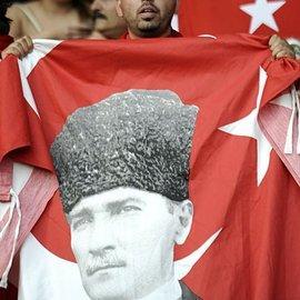Türkische Flagge mit Kemal Atatürk, Foto: AP