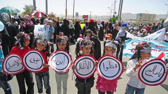 Demonstration von Frauen und Kindern gegen Gewalt im Jemen; Foto: Saeed Alsoofi /DW