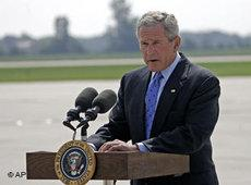 George W. Bush speaking at Austin Straubel International Airport on 10 August 2006 (photo: AP)