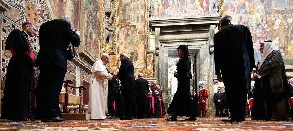Papst Franziskus empfängt ausländische Diplomaten im Vatikan; Foto: Reuters