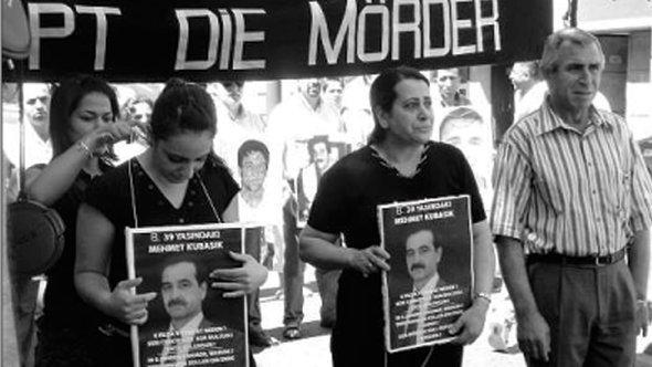 Gamze Kubasik und ihre Mutter beim Schweigemarsch in Dortmund, Foto: Miriam Bunjes