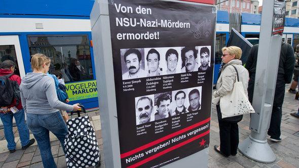 Ein Plakat der NSU-Opfer in Rostock; Foto: dpa/picture-alliance