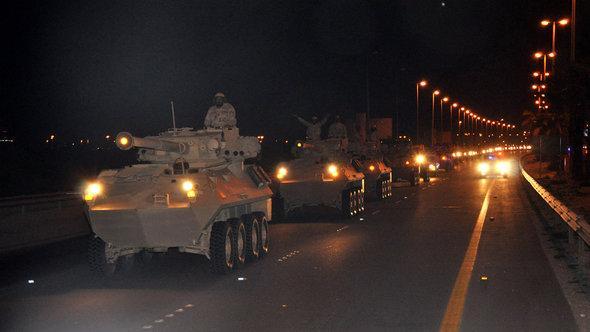 Saudi-arabische Panzer passieren am 14. März 2011 die Grenze nach Bahrain; Foto: picture-alliance/landov