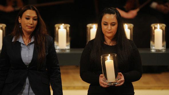 Gamze Kubasik (r.) mit Semiya Simsek auf der Gedenkveranstaltung für die NSU-Opfer in Berlin, Foto: dpa/picture-alliance