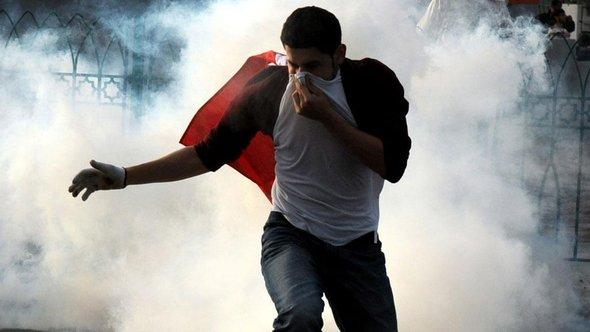 Schiitischer Demonstrant während einer Straßenschlacht mit den bahrainischen Sicherheitskräften in Manama; Foto: dpa/picture-alliance