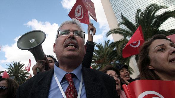 Habib Kazdaghli, Dekan und Professor für Geschichte an der Universität La Manouba während einer Demonstration gegen salafistische Gewalt in Tunis; Foto: picture-alliance/dpa