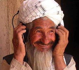 Afghanischer Bauer mit Kopfhörer (Foto: Afghan Eyes)
