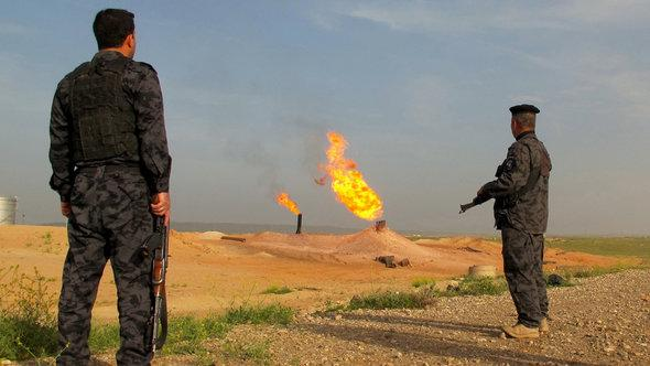 Polizisten bewachen Erdölquellen bei Kirkuk; Foto: DW/K. Zurutuza