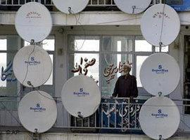 Ein afghanischer Mann zwischen einer Vielzahl an TV-Satelliten in Kabul (Foto: AP Photo/CP)