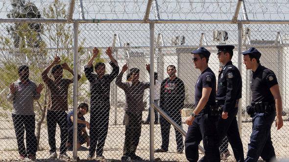 'Illegale' Einwanderer im griechischen Auffanglager Amygdaleza bei Athen; Foto: AP