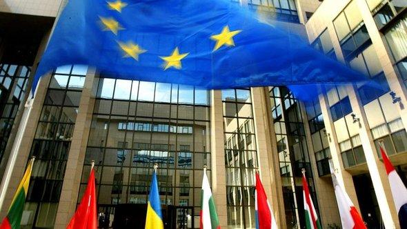 Fahnen der EU-Mitgliedsstaaten vor dem EU-Ratsgebäude in Brüssel; Foto: dpa/picture-alliance