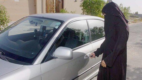 Eine saudische Frau schließt am 19.06.2005 in Riad das Auto ihrer Familie auf; Foto dpa/picture-alliance