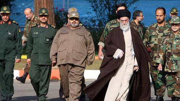 Revolutionsführer Khamenei gemeinsam mit Revolutionsgarden; Foto: ISNA