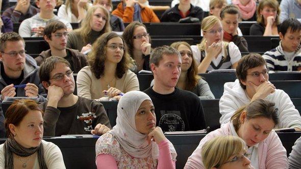 Muslimische Studentin während einer Vorlesung an der der Martin-Luther-Universität in Halle; Foto: dpa