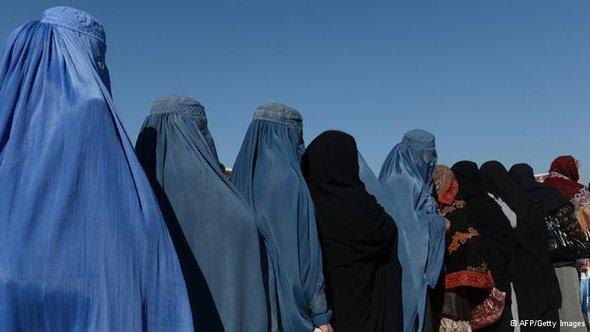 Afghanische Frauen in einer Schlange; Foto: ©AFP/Getty Images