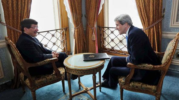 Der türkische Außenminister Ahmet Davutoglu (l.) mit US-Außenminister John Kerry in Istanbul; Foto: dpa