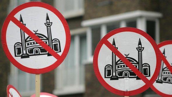 Islamgegner der rechtspopulistischen Partei 'Pro Köln' demonstrieren gegen den Moscheebau in Köln-Ehrenfeld; Foto: dpa/Ralph Goldmann
